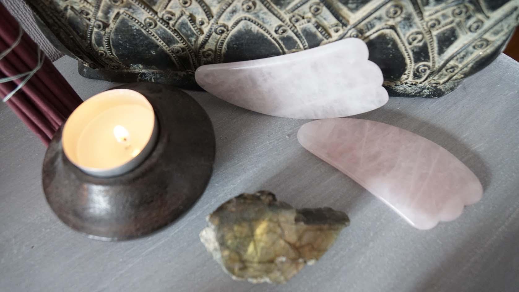 massage du visage gua sha quartz roses